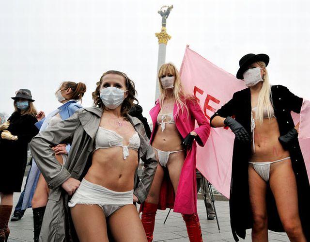 Регистрация. Каталог фрилансеров. Очередной митинг раздетых девушек в Укр