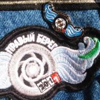 Правый берег, логотип байк-фестиваля на нашивках, значках и т.д.