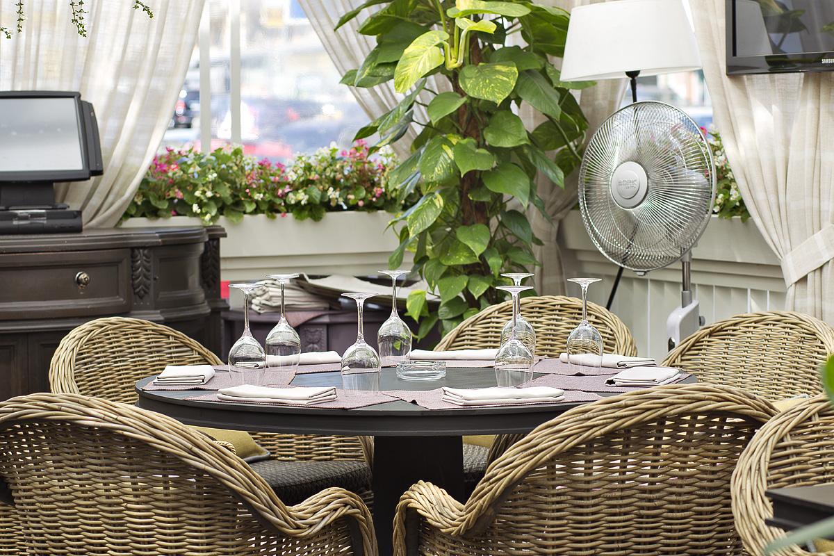 """Интерьерная фотосъемка летней веранды ресторана """"Лепс кафе"""""""