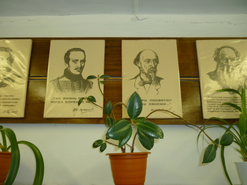 Предложить идею оформления портретов (с информацией) на стене фото f_4105e199b99cffdd.jpg