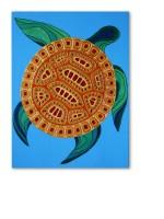 Золотая черепаха, мирно и безмятежно плывущая в синих водах океана.