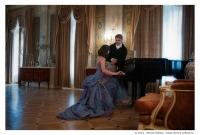 Молодожены у рояля