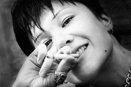 Люди: девушка с цигаркой.