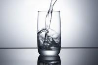 Наливаю воду в стакан. Съемка - Студия.