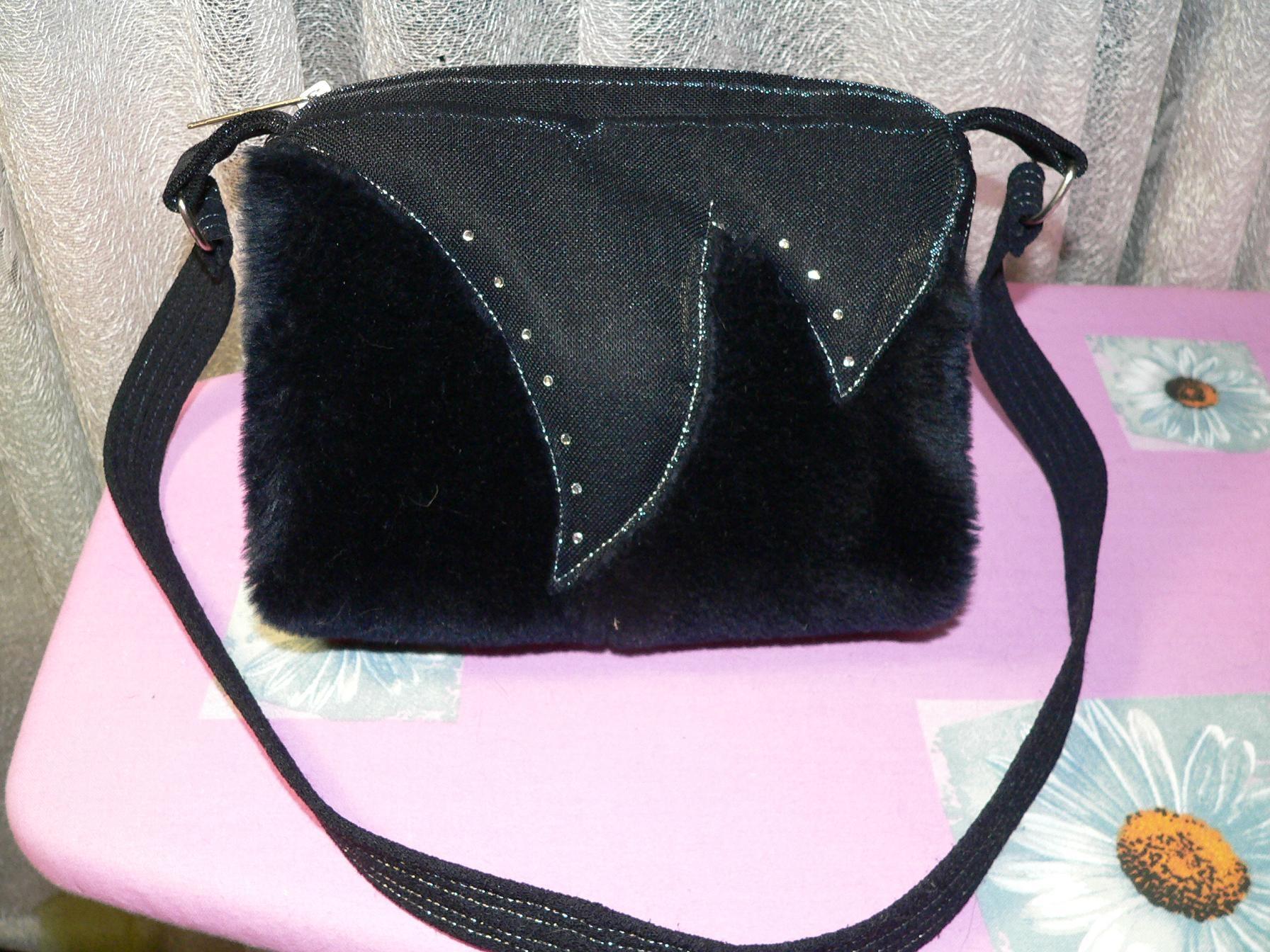 сумка меховая темно - синего цвета с отделкой из мерцающей ткани...